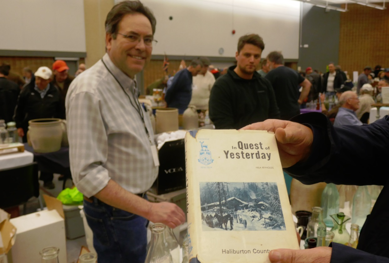 Sean Murphy with Quest for Yesterday book at 2018 bottle show in Toronto